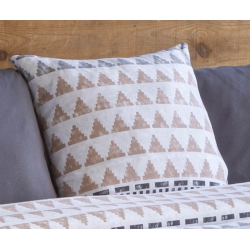 Almohada sin relleno de 50x50 BLANES dibujo triángulos gris y beige